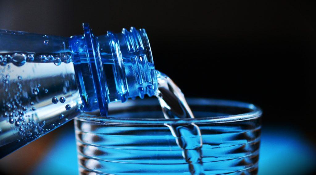 Jak oszczędzić na zakupie wody 47 zł miesięcznie?